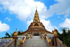 Oro y pagoda de Jewely con el cielo azul Foto de archivo