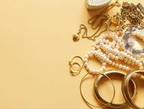 Oro y perlas preciosos de la joyería Imagen de archivo