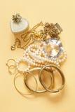Oro y perlas preciosos de la joyería Foto de archivo