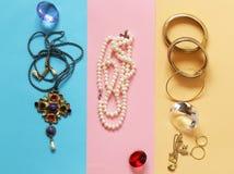 Oro y perlas preciosos de la joyería Foto de archivo libre de regalías