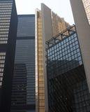 Oro y rascacielos de acero de cristal negros en ciudad fotografía de archivo