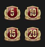 Oro y rojo 5to, 10mo, décimo quinto, vigésimos años de la insignia del aniversario Foto de archivo libre de regalías