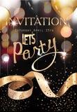 Oro y tarjeta real de la invitación del partido del negro con las luces defocused, los balones de aire y la cinta rizada del oro Imagen de archivo