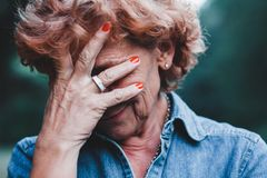 Oroa för äldre kvinnor fotografering för bildbyråer
