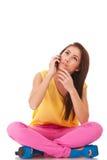 oroad sittande talande kvinna för telefon Royaltyfri Fotografi
