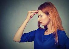 Oroat tänka för sidoprofil stressad ledsen kvinna arkivbilder