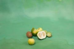 Oroblanco και άλλα πράσινα φρούτα σε ένα πράσινο υπόβαθρο Στοκ Εικόνα