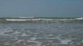 Oroliga vågor av Indiska oceanen 4K arkivfilmer