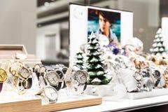 Orologi costosi da vendere in negozio di lusso Fotografia Stock Libera da Diritti