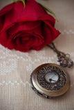 Orologi da tasca e Rosa Fotografia Stock