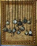 Orologi da tasca sulle catene d'ottone Immagine Stock