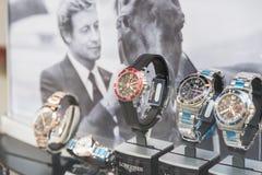 Orologi del lusso da vendere nell'esposizione della finestra del negozio Fotografie Stock Libere da Diritti