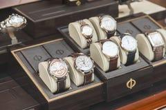 Orologi del lusso da vendere nell'esposizione della finestra del negozio Immagini Stock Libere da Diritti