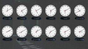 Orologi del mondo con differenti fasce orarie nel lasso di tempo stock footage