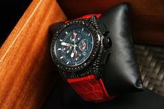 Orologi dello svizzero su fondo vago del contenitore di orologio Immagine Stock