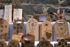 Orologi di legno artistici Foto a colori fotografie stock libere da diritti
