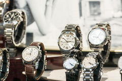 Orologi di Longines nell'esposizione della finestra del negozio Fotografie Stock Libere da Diritti
