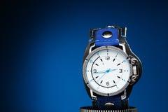 Orologi di oro degli uomini con l'ampio braccialetto di cuoio Fotografia Stock
