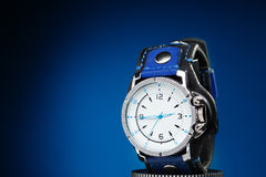 Orologi di oro degli uomini con l'ampio braccialetto di cuoio Fotografia Stock Libera da Diritti