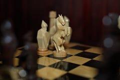 Orologi di oro fatti a mano di scacchi di legno Immagini Stock Libere da Diritti