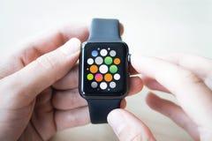 Orologi di Smart nelle mani di Fotografie Stock Libere da Diritti