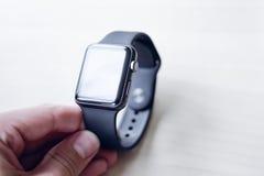 Orologi di Smart nelle mani di Immagini Stock