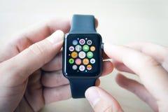 Orologi di Smart nelle mani di Fotografie Stock