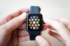 Orologi di Smart nelle mani di Immagine Stock Libera da Diritti