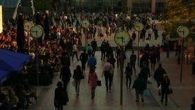 Orologi di ticchettio a Canary Wharf durante l'ora di punta a Londra, Regno Unito video d archivio