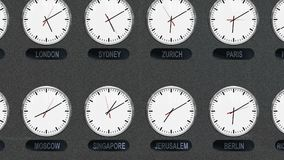 Orologi differenti accurati delle fasce orarie nel lasso di tempo video d archivio