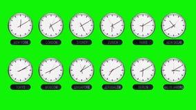 Orologi differenti delle fasce orarie su uno schermo verde nel lasso di tempo video d archivio