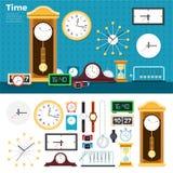 Orologi differenti nella stanza Immagine Stock