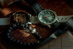 Orologi e braccialetto degli accessori di modo del ` s degli uomini fotografie stock libere da diritti