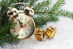 Orologi e contenitori di regalo dorati Fotografie Stock Libere da Diritti