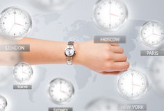 Orologi e fasce orarie sopra il concetto del mondo fotografie stock
