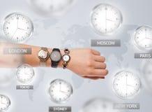 Orologi e fasce orarie sopra il concetto del mondo fotografia stock