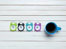 Orologi e tazza fotografia stock
