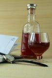 Orologi e vetro con il cognac Immagine Stock