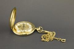 Orologi fatti di metallo giallo immagini stock libere da diritti