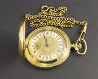 Orologi fatti di metallo giallo immagini stock