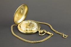 Orologi fatti di metallo giallo immagine stock