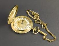Orologi fatti di metallo giallo fotografia stock