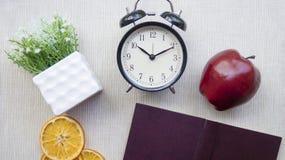 Orologi, fiori, Apple, taccuino workplace Ancora vita 1 Fotografie Stock Libere da Diritti