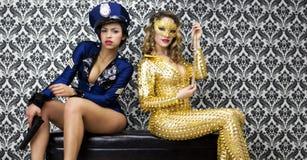 Orologi sexy della poliziotta sopra il ladro sexy del gioiello Immagini Stock