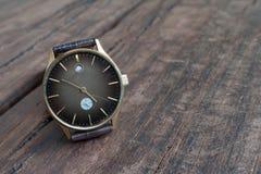 Orologi su una tavola di legno Fotografie Stock