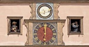 Orologi sul municipio di Rothenburg o.d.t immagini stock