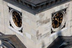 Orologi sulla st Stephen Basilica Tower a Budapest fotografia stock libera da diritti