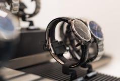 Orologi in un negozio di lusso immagini stock