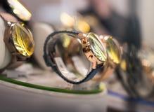 Orologi in un negozio di lusso fotografie stock libere da diritti