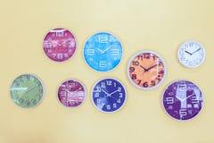 Orologi variopinti decorati sulla parete, fondo d'annata immagine stock libera da diritti